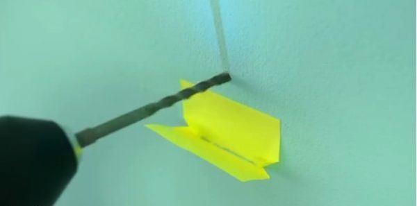 Sử dụng giấy nhớ để khoan tường không bụi