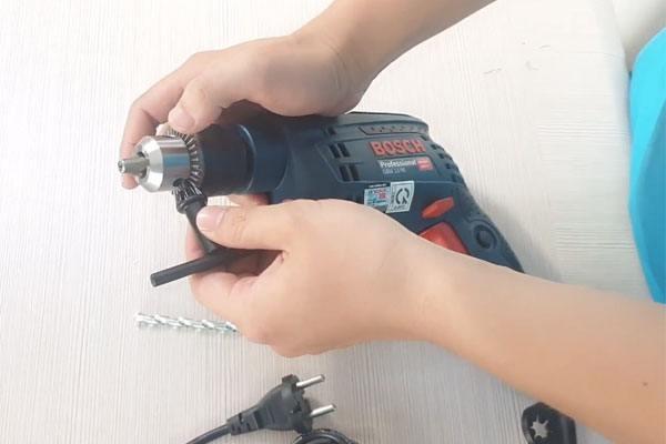 Cách lắp mũi khoan cầm tay sử dụng đầu khoan có khóa