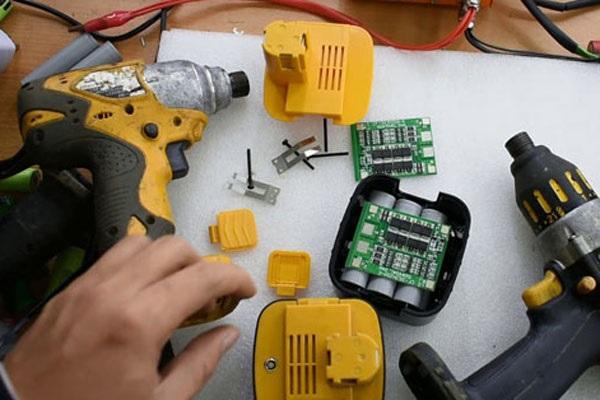 Tự chế pin mới cho máy khoan