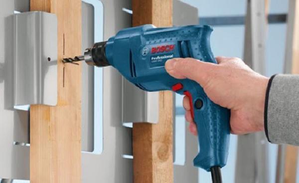 Chọn máy khoan Bosch mini dùng điện hay dùng pin?