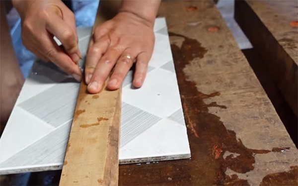 Hướng dẫn cách cắt gạch bằng mũi khoan đa năng cực đơn giản