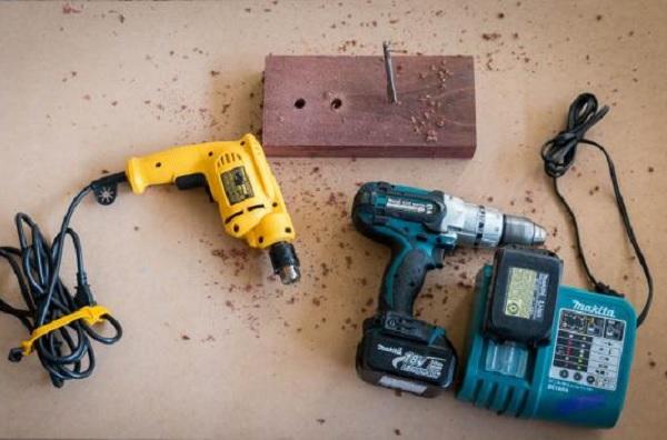 Nên chọn máy khoan dùng điện hay dùng pin?