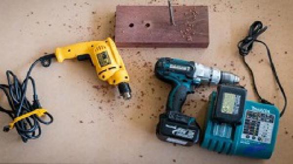 So sánh máy khoan pin và điện: Loại nào tốt hơn?